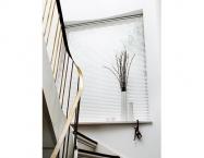 Persienne i vindue ved trappe